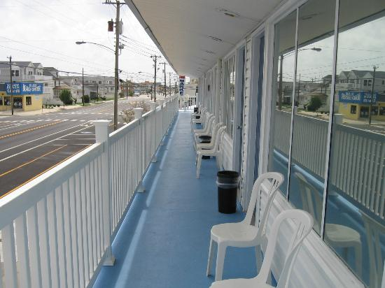 Surf 16 Motel: Surf Ave. deck