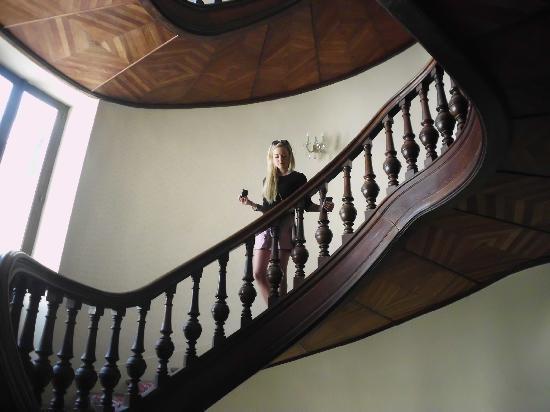 Grand Hotel Moderne: Winding stairway