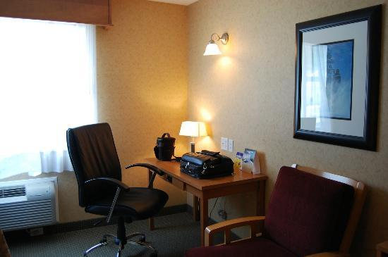 BEST WESTERN Sicamous Inn : Large desk area
