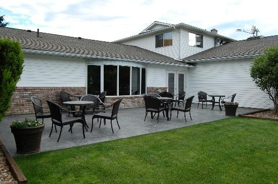 Best Western Sicamous Inn: Back patio and garden area.