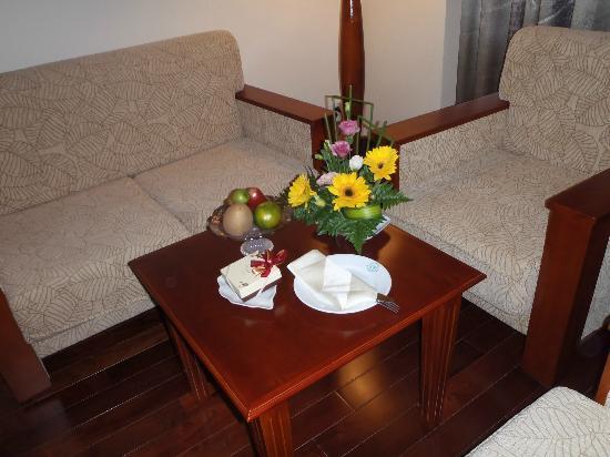 โรงแรมเฟิร์ส: Fruit & chocolates left for guests