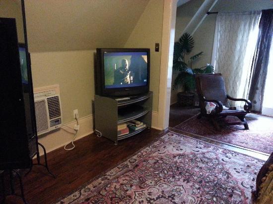 Inn on the Riverwalk: tv in bedroom