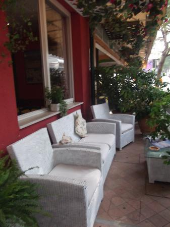 Garni Tosca: seating area outside reception - which looks on to main street