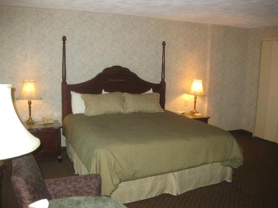 Chateau Moncton: i love this bed!