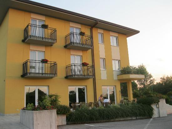 Hotel Nuova Barcaccia: Front view from the parking area