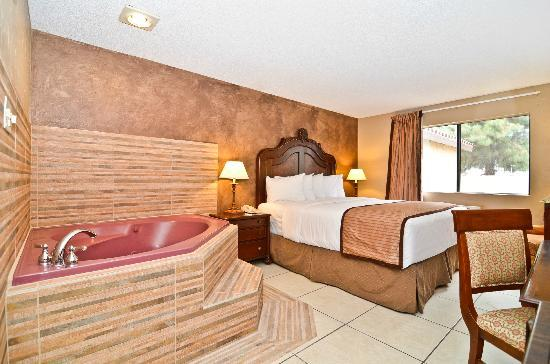 Quality Inn and Suites Near the Border: Jacuzzi Suite with King size bed