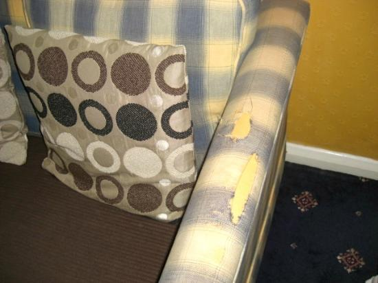 The New London Carlton Hotel: Worn out couch-Not cool! Spend some $$ and save this nice hotel