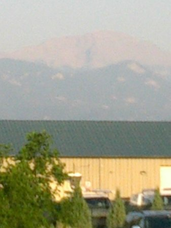 Hilton Garden Inn Colorado Springs Airport: View of Pikes Peak taken whiole standing in front of the hotel. Taken in morning when smoke was