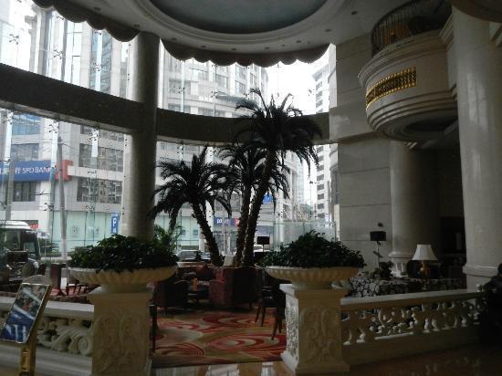 Howard Johnson Plaza Hotel Shanghai: Lobby palms
