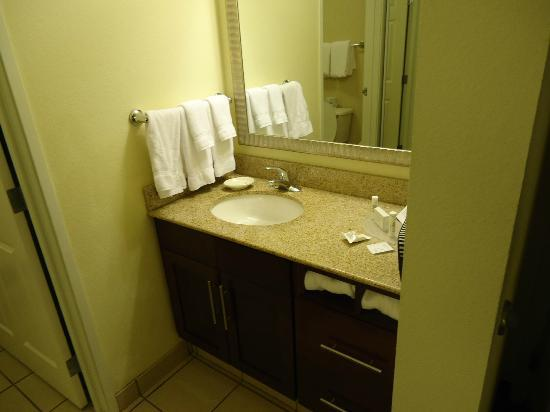 Residence Inn Louisville Downtown: Bathroom