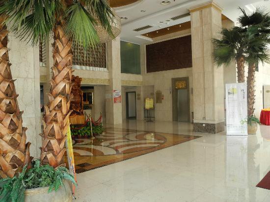 Royal Prince Hotel: lobby is bib
