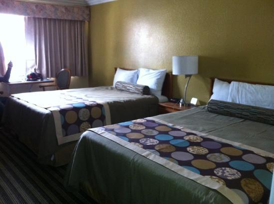 Deer Haven Inn: I love the bedding and the colors they chose for the wall colors