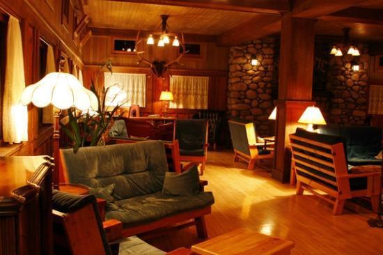 Wallowa Lake Lodge: Lodge great room at night. Cozy.