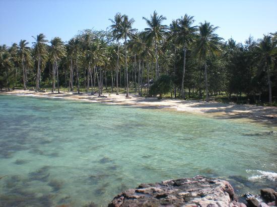 Nirvana Laut Private Island Resort: vue de la plage de l'hôtel depuis les rochers