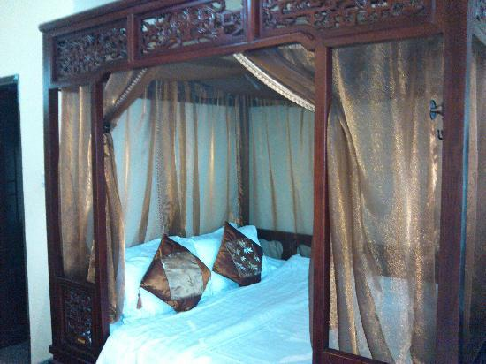 Beijing Sihe Courtyard Hotel: our bed with bed valance
