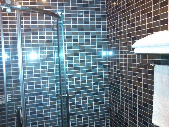 بيجين سيهي كورتيارد هوتل: bath room, it's morden 