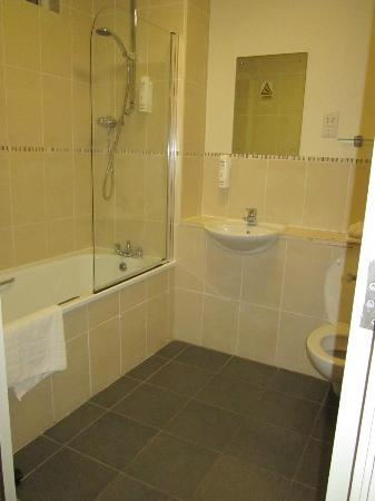 Cordia Serviced Apartments: One of the two bathrooms