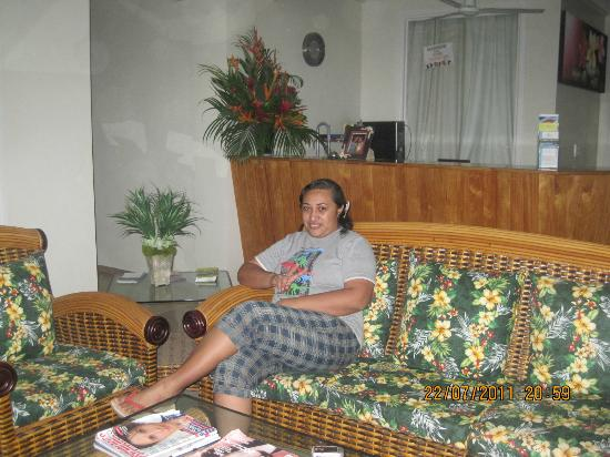 Moanalisa Hotel : Relaxing at Front of Reception