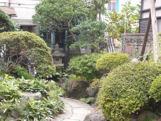 Business Ryokan Maizuru: 玄関前アプローチ部