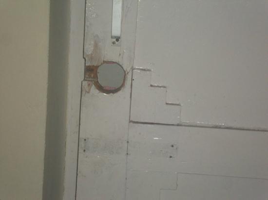 Kalinga Intercontinental: Room latch that has no lock