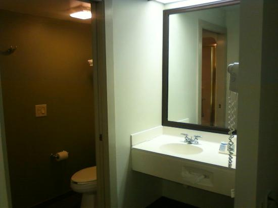 Sleep Inn Airport: clean bathroom