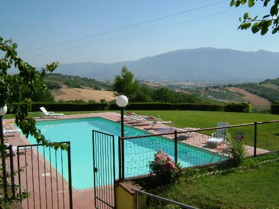 Agriturismo Rivoli: pool area and vista