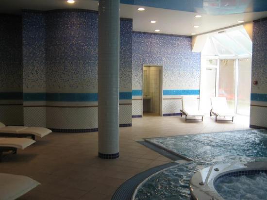 ثيرماي بلاتيستومو ريزورت آند سبا: indoor pool with hydro-massage systems.