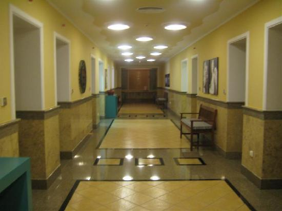 ثيرماي بلاتيستومو ريزورت آند سبا: Hallway to pool and spa