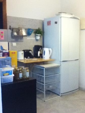 The Spot Central Hostel: la cocina limpia y con desayuno a la mano