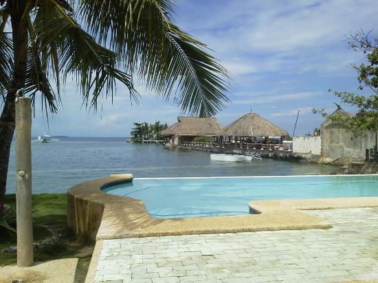 Anemone Resort and Tours, Cebu: (5)プールより隣りのホテル『マリバゴ・ブルーウォーター』。