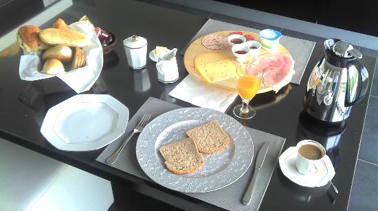 B&B Kanegem Onverbloemd: delicious continental breakfast