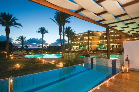 Constantinou Bros Asimina Suites Hotel: Asimina Suites Hotel - Private Pool at Night