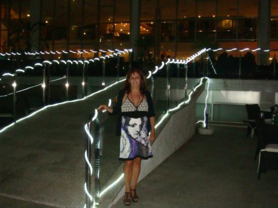 Hotel Sun Palace Albir Lounge & Spa: salon exterior de piscina de noche