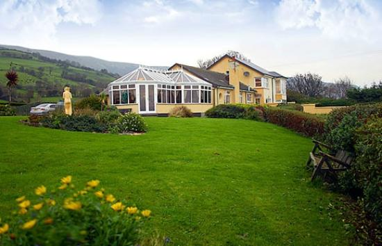 Lynden Heights: Garden view of restuarant/B&B which overlooks the sea