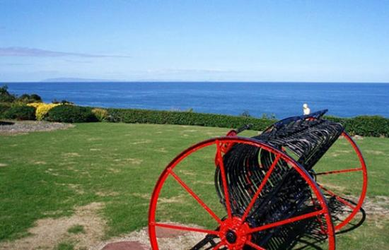 Lynden Heights: Large lawned gardens with beautiful sea views