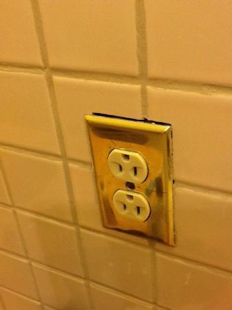 Hotel du Pont: Outlet in the bathroom...nice