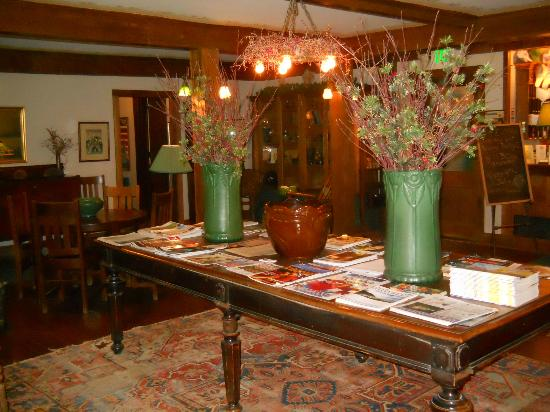 Lakeside Inn: Lobby, nicely appointed with antiques