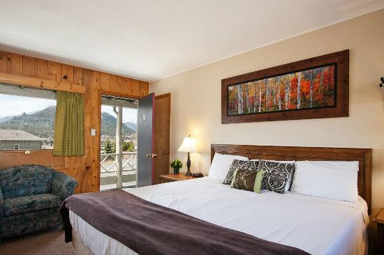 Coyote Mountain Lodge: King Bed