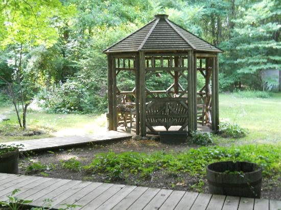 The White Rabbit Inn B&B: Gazebo on the property