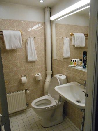 Grand Hotel: Dated bathroom