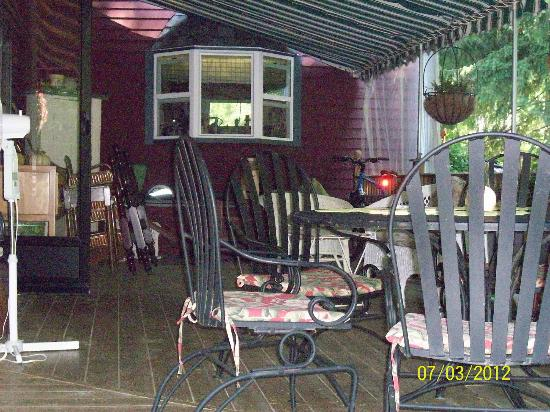 Eastgate Inn B&B: Back deck