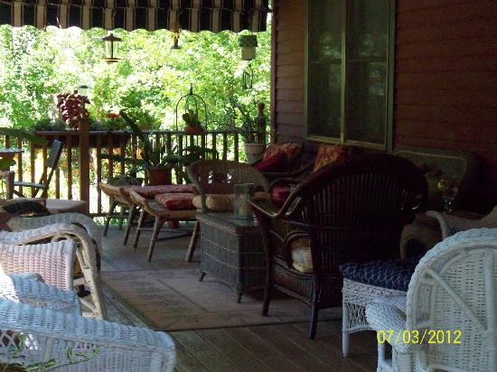 Eastgate Inn B&B: Another angle of back deck
