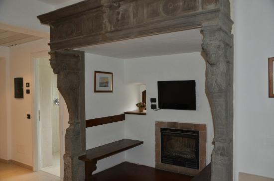 Hotel Fioroni : Fireplace sitting area