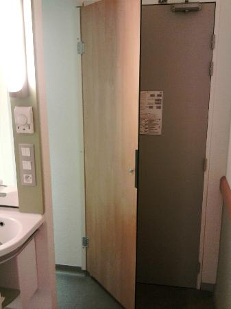 Ibis Budget Dijon Saint Apollinaire : door for the toilet