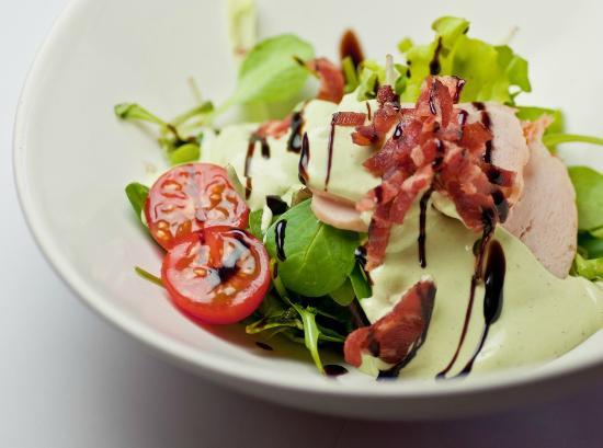 La Jarana : ensalada de pollo con mostaza verde y bacon crujiente