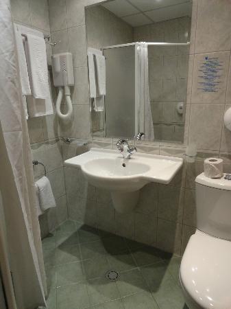 Marina Hotel: bathroom