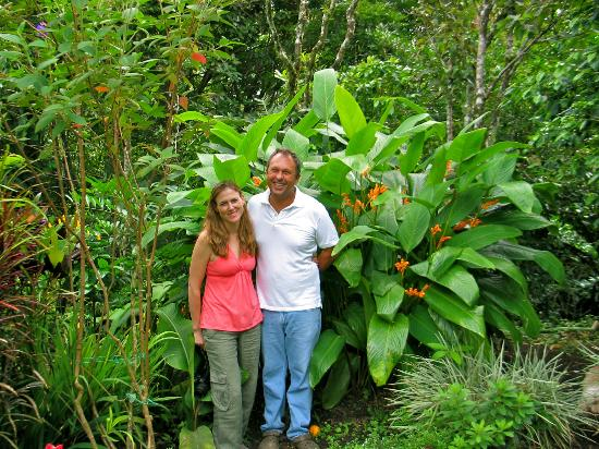 La Montana y el Valle Coffee Estate Inn: A happy couple of guests- us!