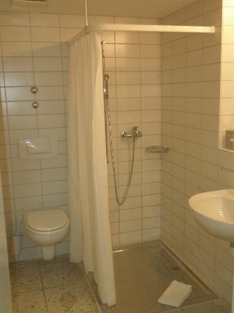 Der Teufelhof Basel: Spacious bathroom
