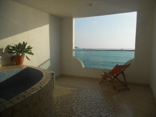 Hotelito Escondido Manzanillo: Jacuzzi con vista al mar