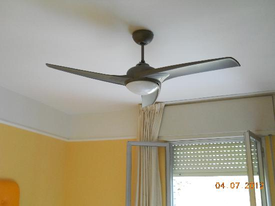 Hotel Dom: Ventilatore in camera